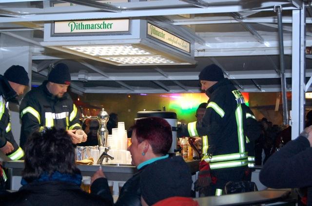 Getränkestand der Feuerwehr Wedel auf dem Osterfeuer